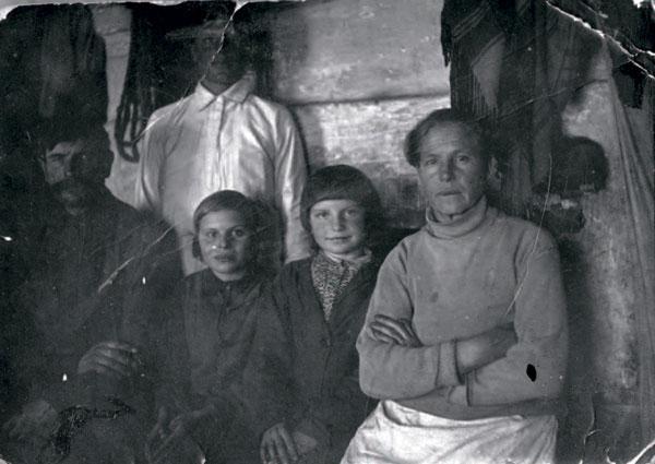 """С мамой Ефросиньей, папой Панфилом (слева). Маленькая Женя со стрижкой """"под горшок"""""""
