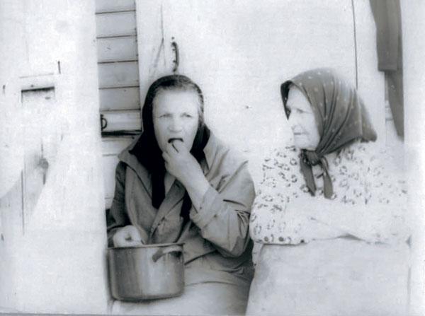 Мама и сестра Катя на даче