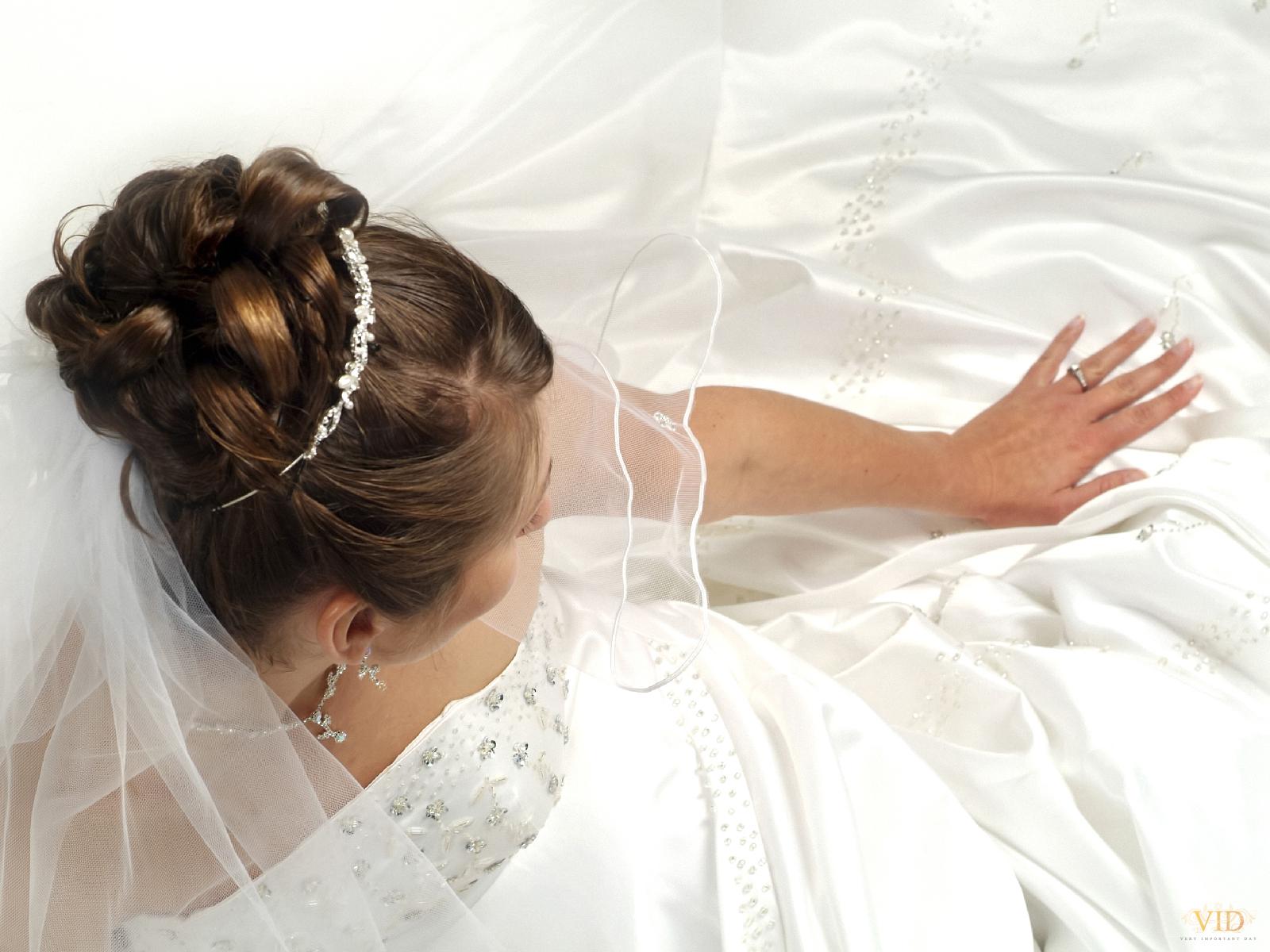 Девушка в свадебном платье со спины фото