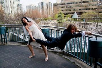 женщина тянет мужчину замуж