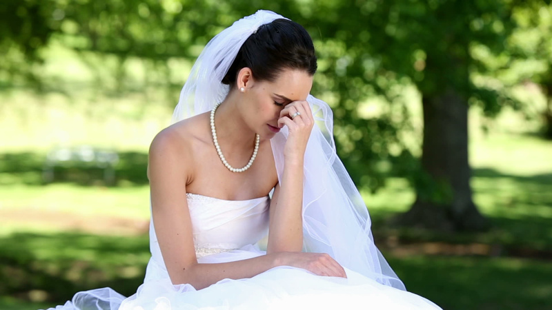 a82e15ee720af232-stock-footage-upset-bride-crying-on-a-sunny-day