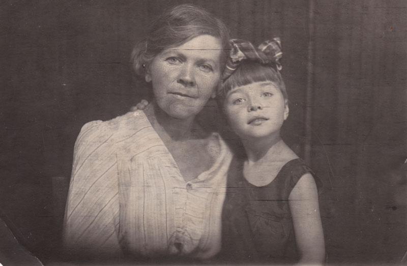 С бабушкой Ольгой Николаевной Чипиженко-Бот
