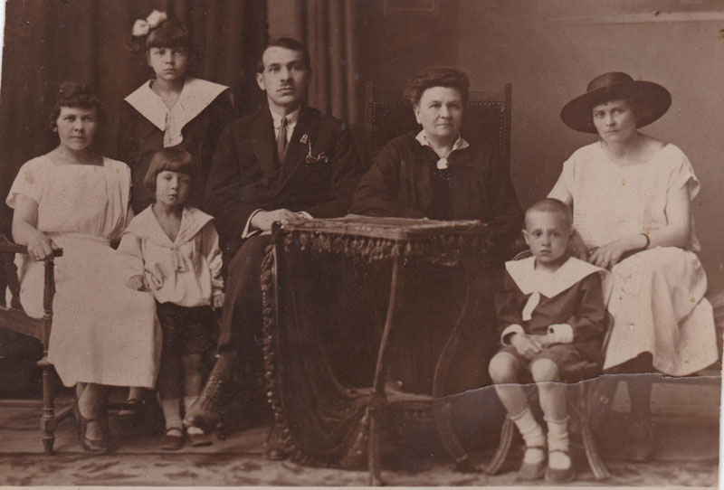В центре: прабабушка Софья Николаевна Бот. Слева от прабабушки: Ольга Николаевна.
