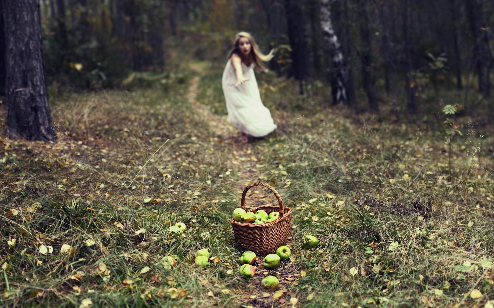 Женщина дала в лесу скачать