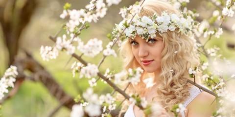 1920x1200_devushka-blondinka-vesna-tsvetyi-vzglyad-priroda