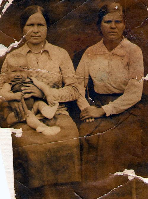 Маленькая Нина с мамой и бабушкой