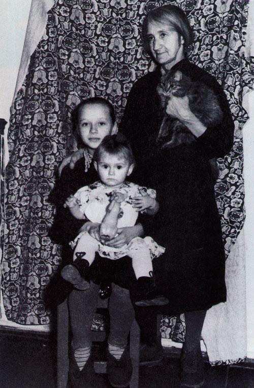 Анастасия Ивановна с внучками Ритой и Олей Трухачевыми