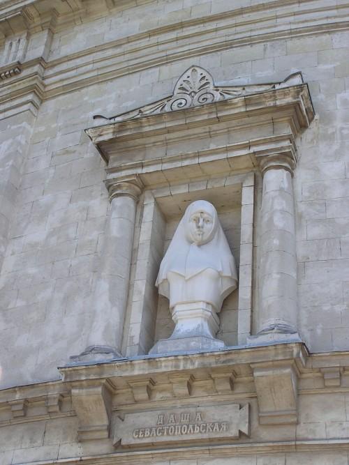 Даша Севастопольская, скульптура на здании панорамы обороны Севастополя