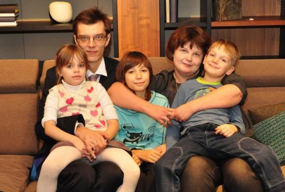 Елена с мужем и старшими детьми