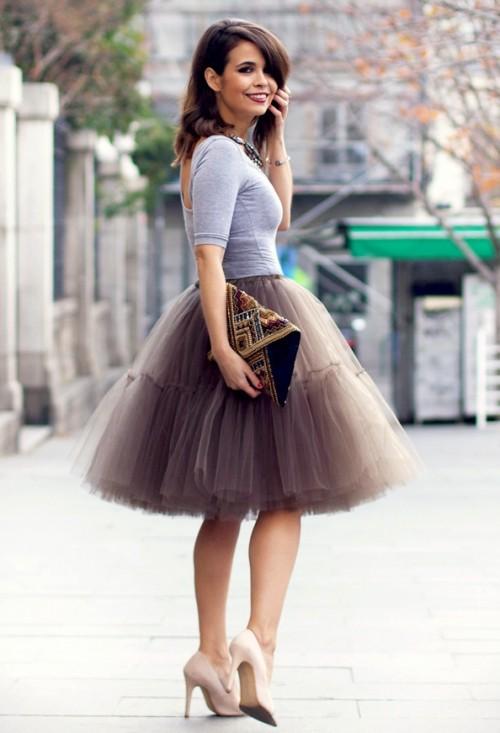 Заглянуть красивой леди под юбку