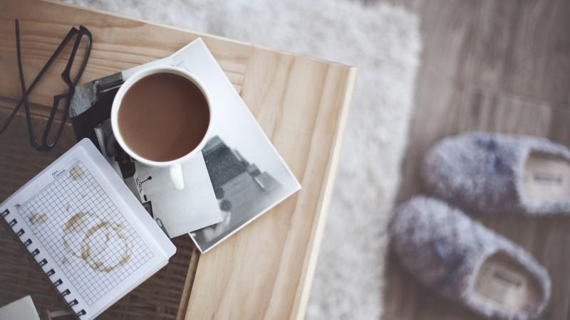 kruzhka-kofe-fotografiya-ochki
