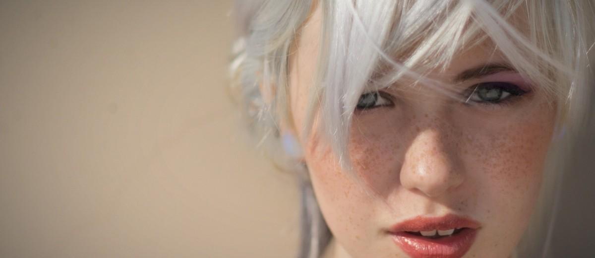 Симпатичная блондинка творит чудеса в позиции сверху