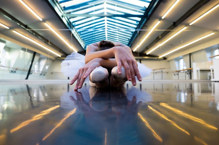 russian-ballet-photographer-darian-volkova-shows-behind-the-stage-life-of-dancers-13__880