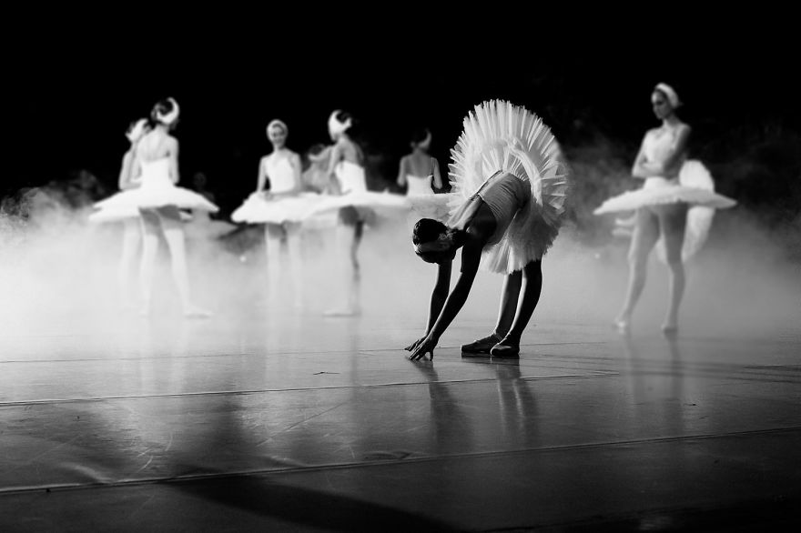 russian-ballet-photographer-darian-volkova-shows-behind-the-stage-life-of-dancers-22__880