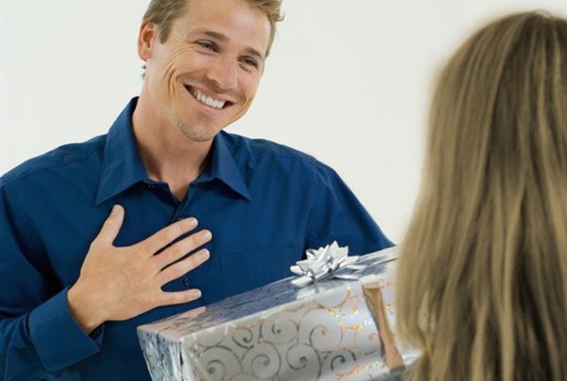 Если человек дарит дорогие подарки