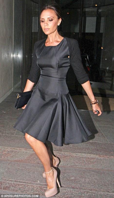 черное болеро, женщина в черном платье и болеро