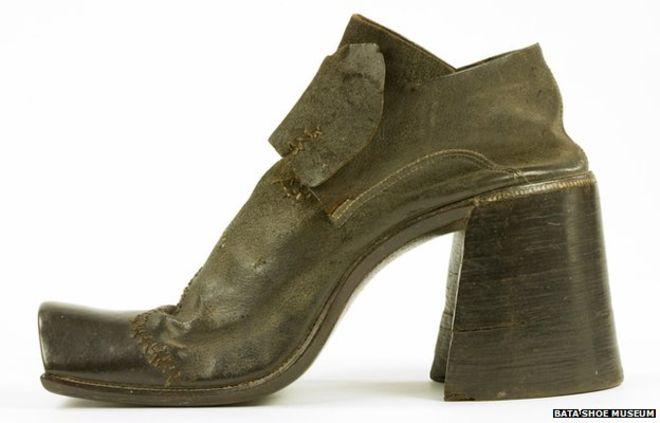Старые мужские ботинки на каблуках