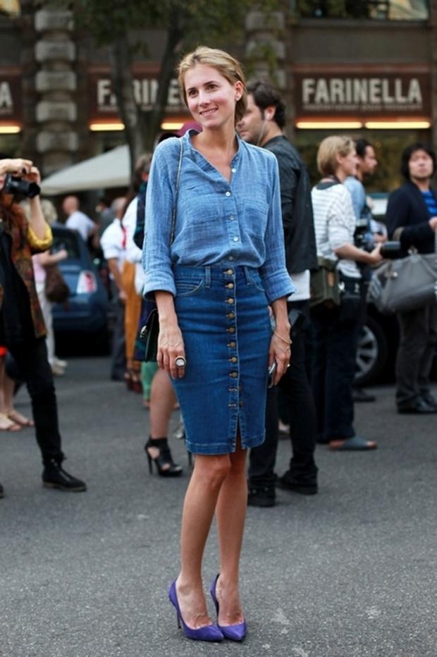Женщина в синей льняной рубашке и джинсовой юбке на пуговицах