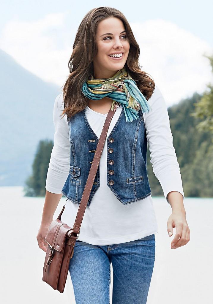 Женщина в джинсовом жилете