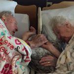 До последнего вздоха: муж обнимает жену незадолго до ее смерти