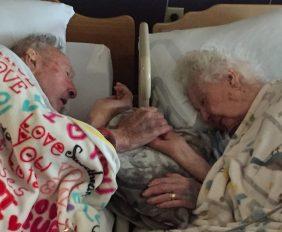 Последнее признание в любви: 100-летний старик держит за руку свою 96-летнюю супругу незадолго до ее смерти