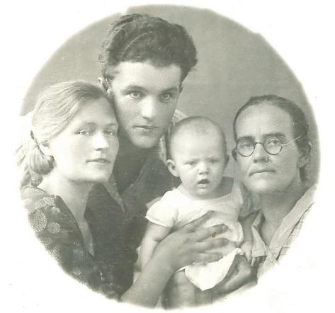 Анна с родителями и бабушкой