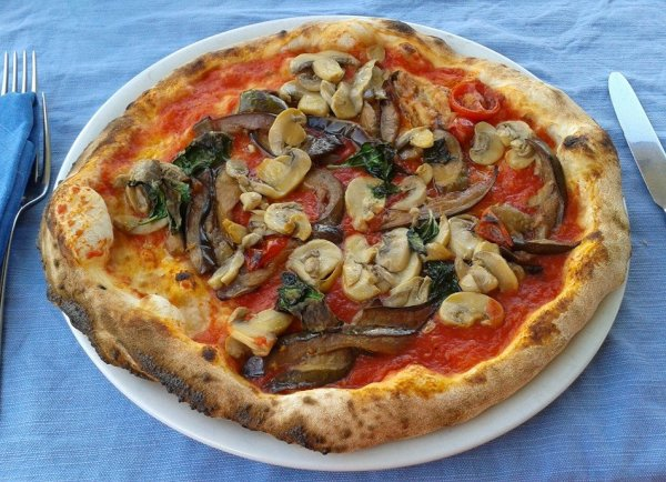 Веганская пицца без сыра, которую я заказала в кафе в Неаполе