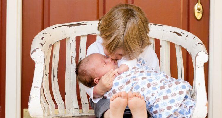В семье новый малыш: как помочь старшим адаптироваться