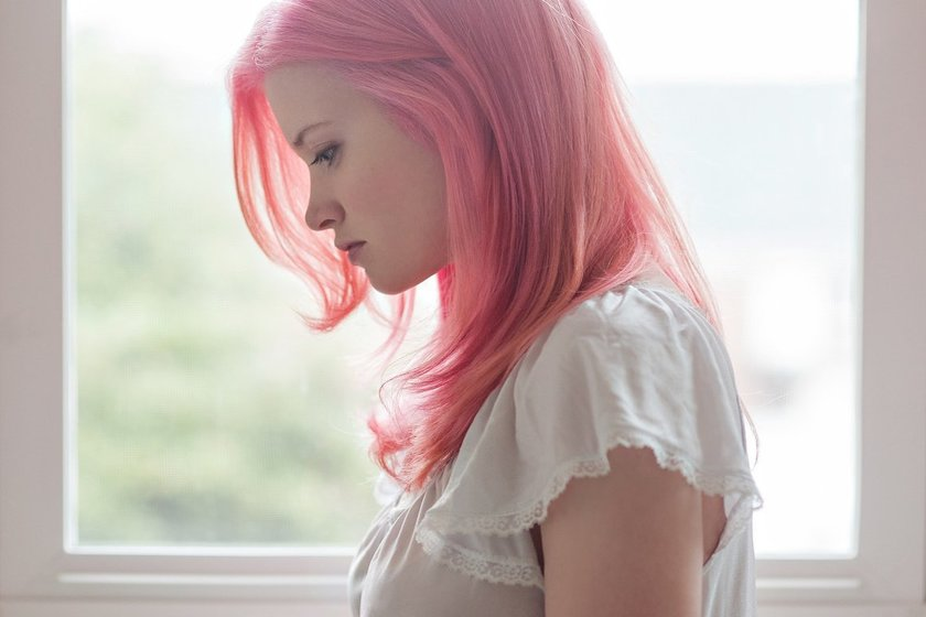 Ребенка выгоняют с уроков за розовые волосы: чью сторону принять