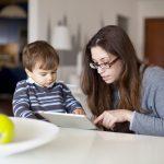 На сколько минут в день ребенку можно давать гаджеты (+таблица по возрастам)