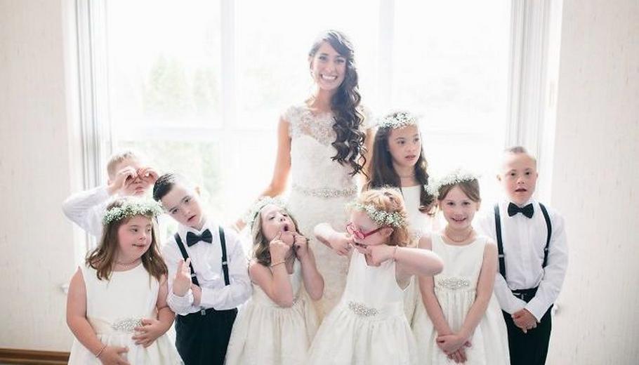 Учительница детей с синдромом Дауна пригласила на свою свадьбу весь класс