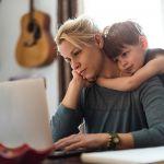 «Подай», «принеси», «приготовь»: как устоять под натиском родных, работая дома