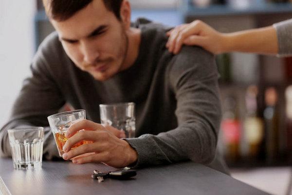 Алкоголик или просто отдыхает
