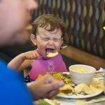 Когда за соседним столиком орет чужой ребенок