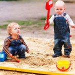 «Дай Пете свою лопатку!»: нужно ли заставлять ребенка делиться