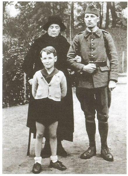Софья Федоровна Колчак с сыном Ростиславом (офицером французской армии)и внуком Александром. Франция, 1939 год