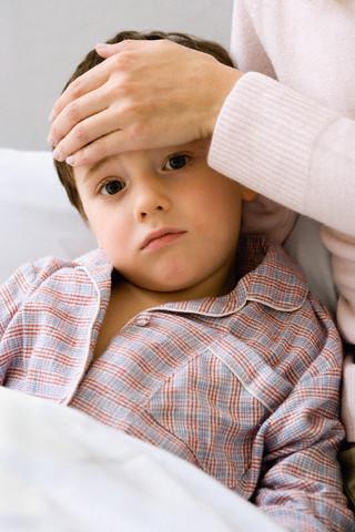 Размышления с градусником в руках у кровати ребёнка
