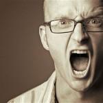 Муж приходит в ярость из-за мелочей