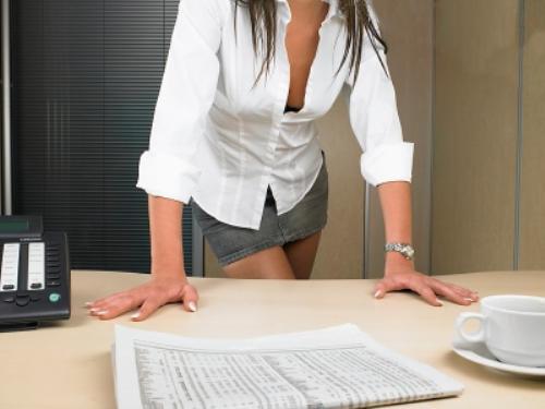 В офисе в короткой юбке