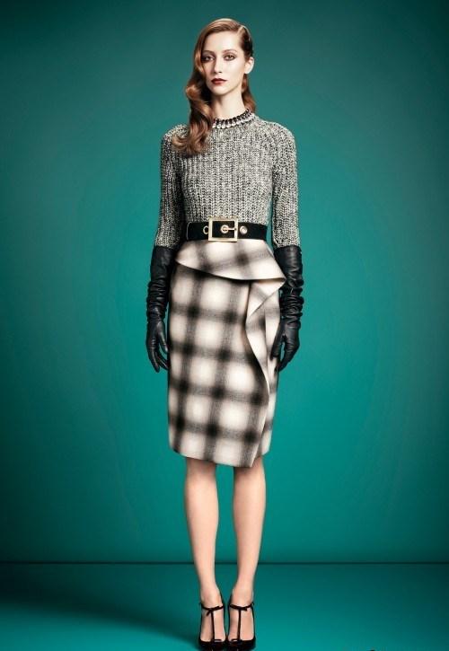 В моделях длинных юбок из твида, из ткани «шотландка» или ткани с рисунком «куриная лапка», которые модны в зимнем сезоне, за счет кроя по косой