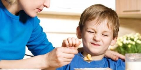 mae-dando-comida-para-seu-filho-que-nao-esta-querendo-comer-larisa-lofitskaya-shutterstock-0000000000004E5F
