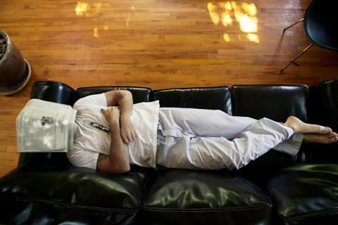 лежать на диване фото