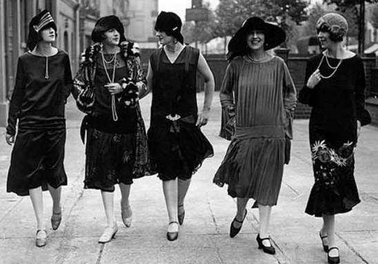 Корсет вышел из моды, зато стала очень популярна одежда в стиле унисекс,  особенно брючные костюмы. Интересно, что в 20-х годах появилось два модных  ... 97886f36bfb