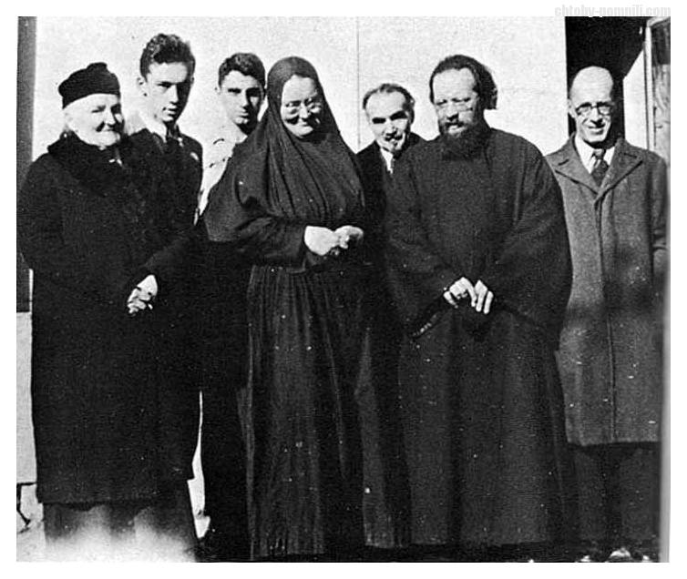 Слева направо стоят мать матери Марии С.Д. Пиленко, Юрий Скобцов, мать Мария, о. Дмитрий Клипенин - участники парижского подполья