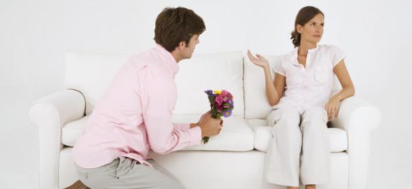 муж просит пращение накаленях перед жиной видио
