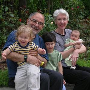 Дедушка и бабушка воспитывают внуков